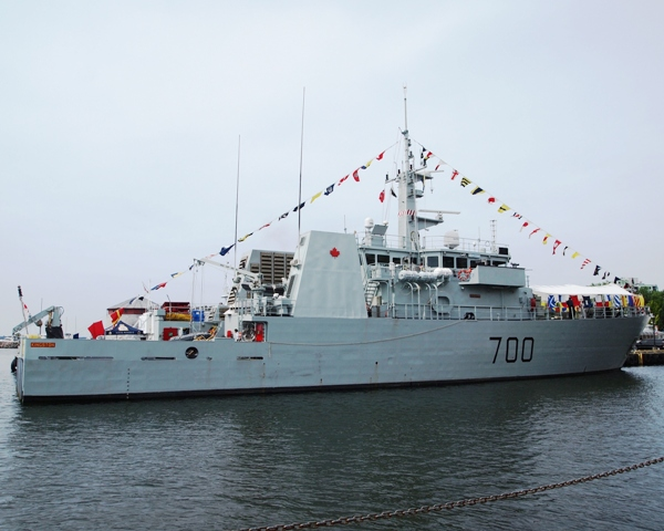 HMCS KINGSTON looking very pusser, dressed overall to receive dignitaries on 12 July 2013 and the general public for tours. Roger Litwiller Collection, courtesy Roger Litwiller.  (RTL26623)