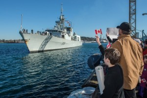 Joshua Stanley patiently waits for his loved one as he waves his Canadian flag during the arrival Her Majesty's Canadian Ship (HMCS) WINNIPEG, who is returning home after an eight and a half month deployment to Canadian Forces Base (CFB) Esquimalt on February 23, 2016. Photo: Cpl Brent Kenny, MARPAC Imaging Services ET2016-0056-13 ~ Joshua Stanley attend patiemment l'arrivée de son amoureuse en agitant son drapeau canadien lors de l'arrivée du Navire canadien de Sa Majesté (NCSM) WINNIPEG, qui est de retour à la Base des Forces canadiennes Esquimalt, le 23 février 2016, après un déploiement de huit mois et demi. Photo : Cpl Brent Kenny, Services d'imagerie des FMAR(P) ET2016-0056-13