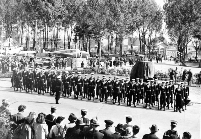 RCN Guard drills for a crowd gathered in Quebec during WWII for a Victory Drive. Roger Litwiller Collection, courtesy Howard Abbott, RCNVR. (RTL-HA112)